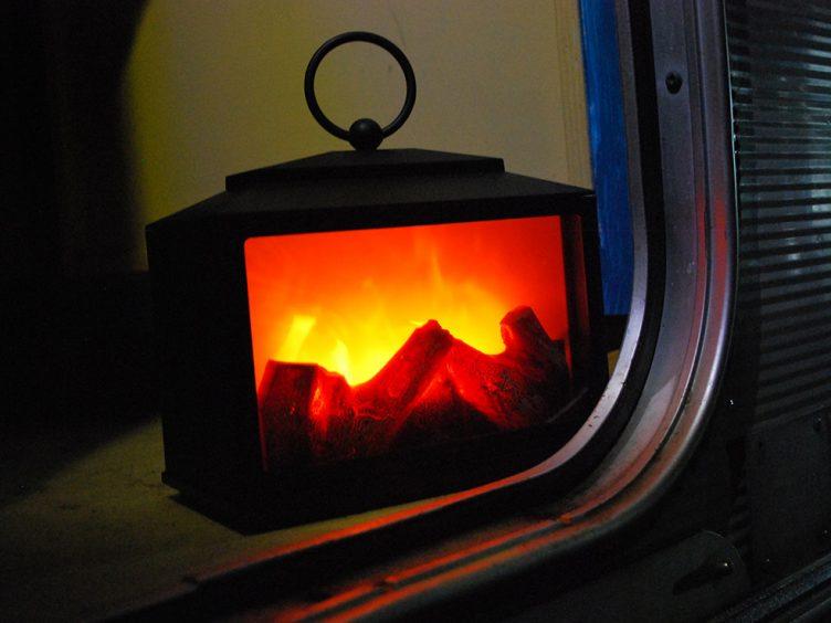 Ein Fernseher mit Kaminfeuer